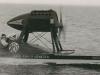 Le Comte Theo Rossi de Montalera à bord de son hydroglisseur  Ardea  en 1930
